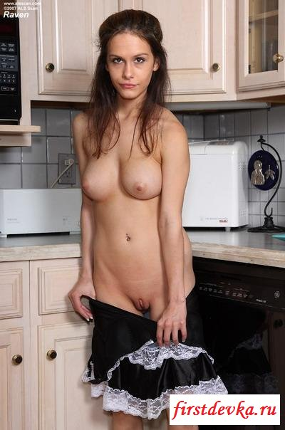 Соблазнительная домработница на кухне