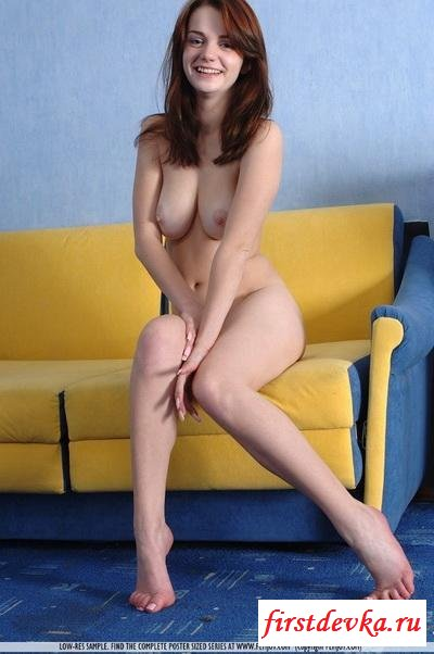 Брюнетка на желтом диванчике