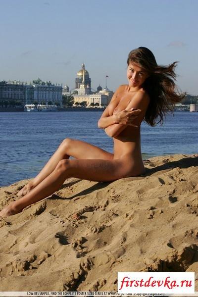 Брюнетка на пляже