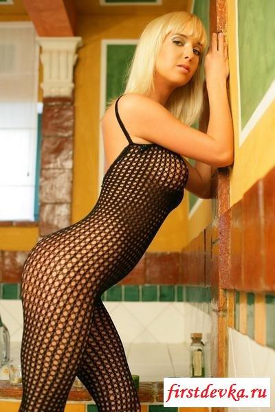 Блондинка в необычной одежде