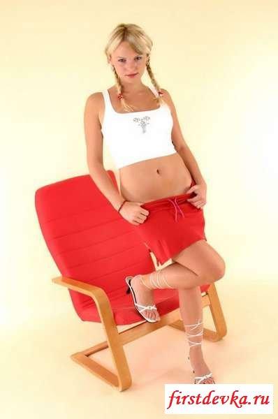 Студенточка в красной юбочке