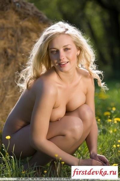 Светлая порно звезда около сена секс фото