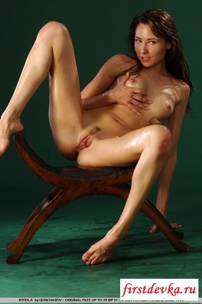 Влажная сучка на железном столике