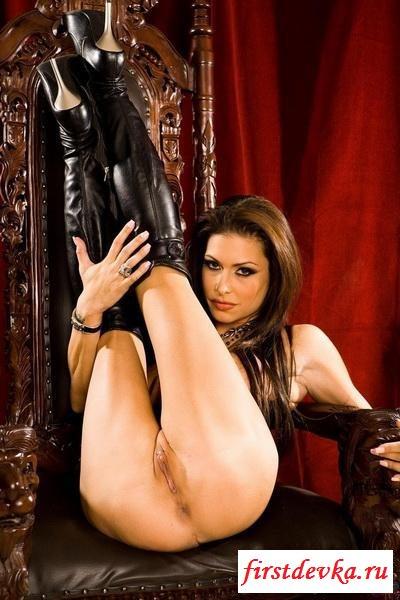 Красивая правительница с огромными сиськами