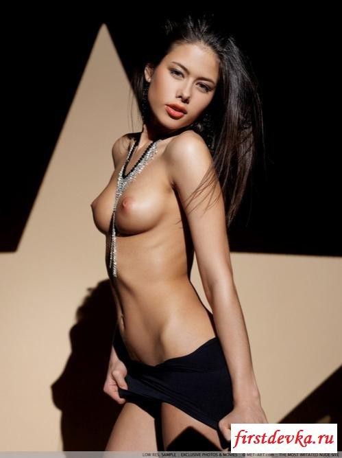 Танцовщица на эротической фотосессии