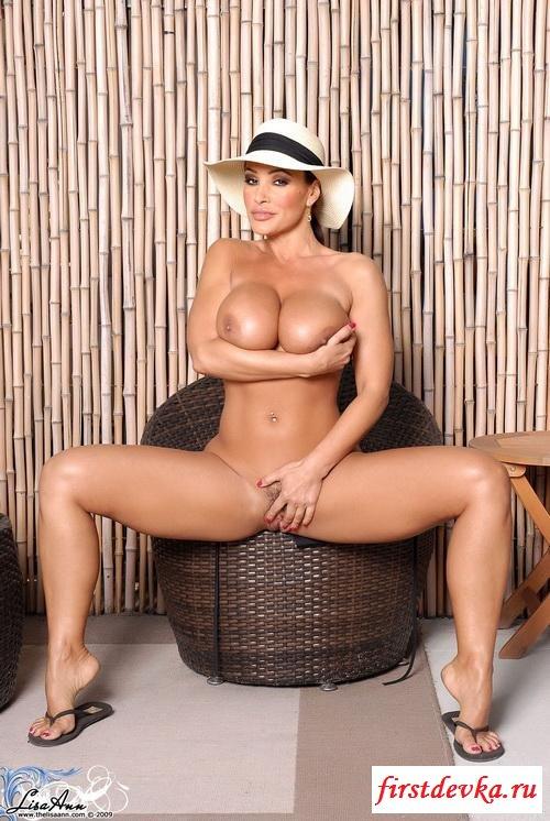 Сожительница ковбоя на кресле