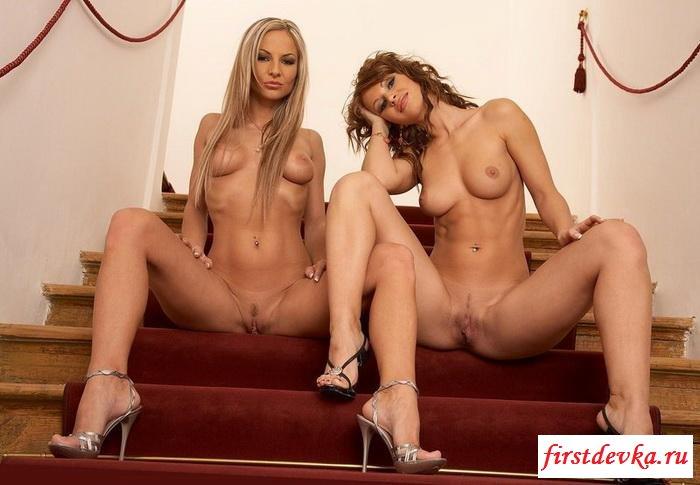 Две извращенки на ступенях