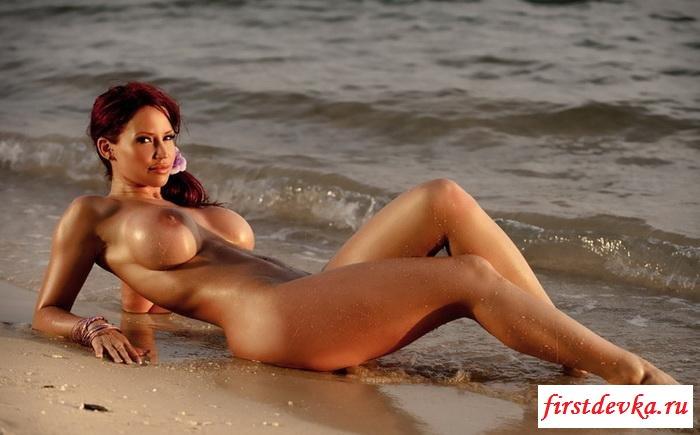 Рыжая красотка на пляже