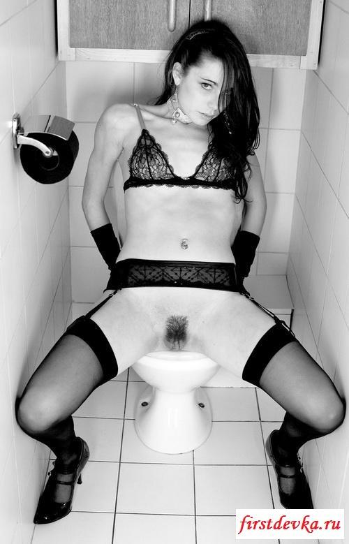 Ретро шатенка зашла в туалет смотреть эротику