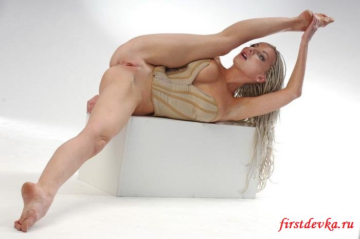 Гимнастка в корсете