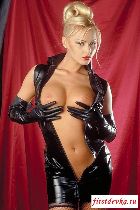 Блондинка в латексном наряде
