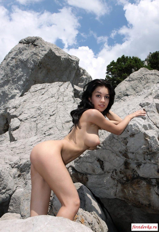 Темненькая девушка среди скал (20 фото) секс фото