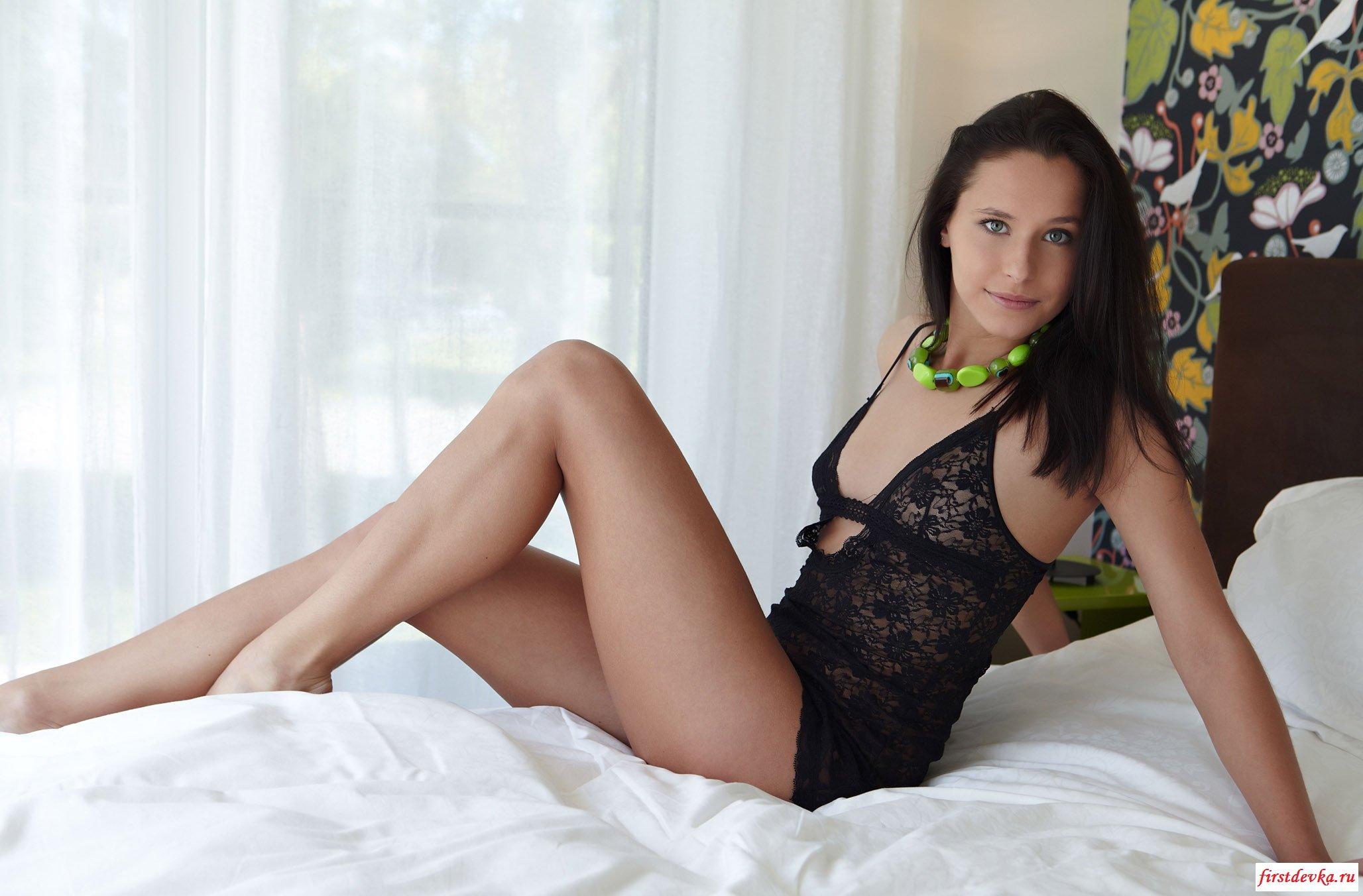Брюнетка ждёт в кровати (20 фото)