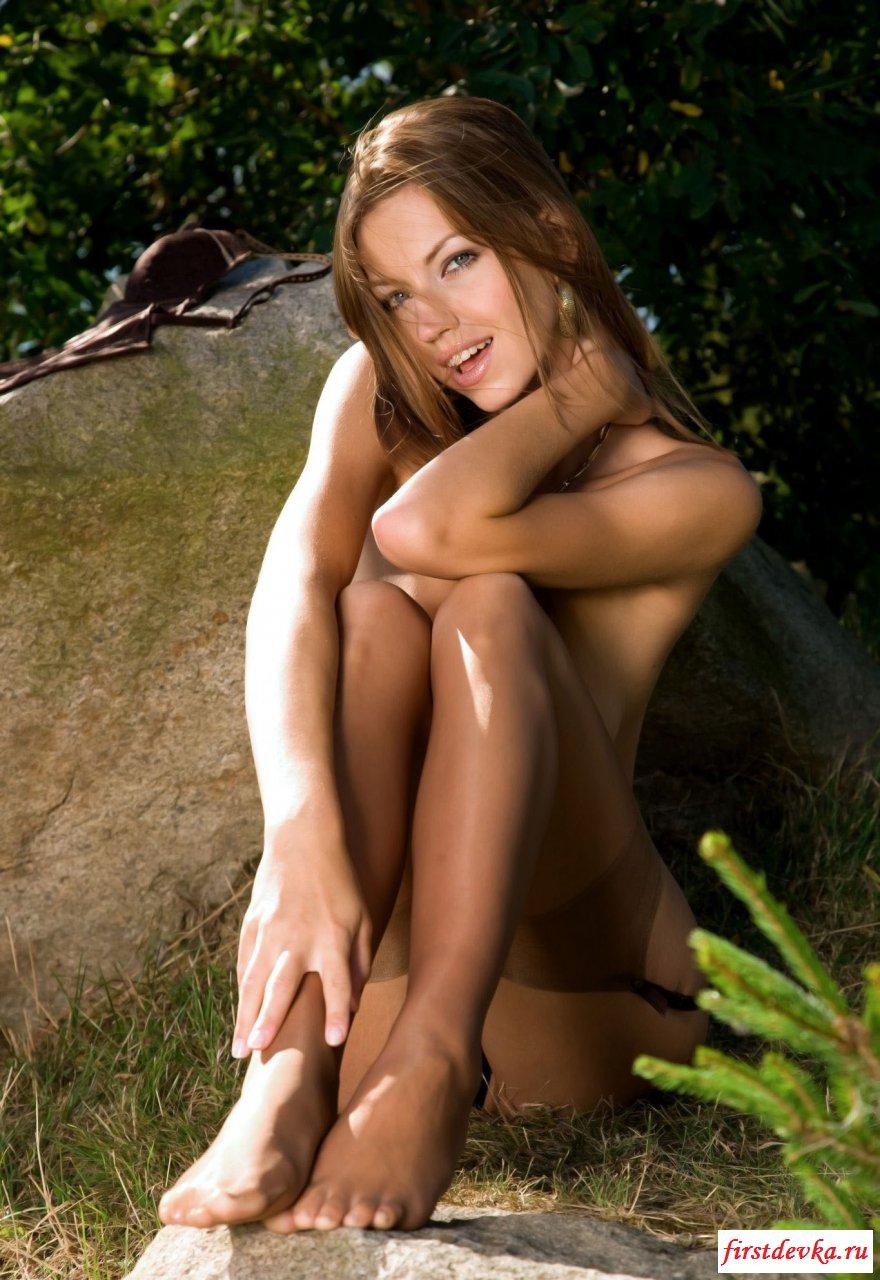 Длинноволосая девушка на природе