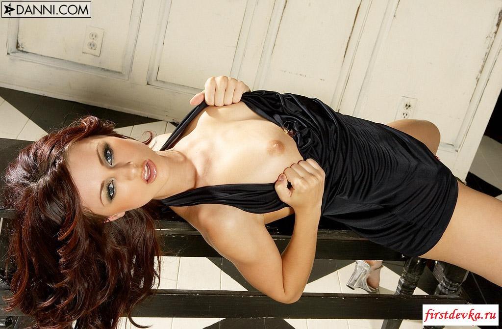 Тёлка в черном платье