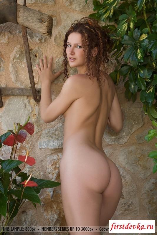 18-летняя нагая принцесса гуляет секс фото
