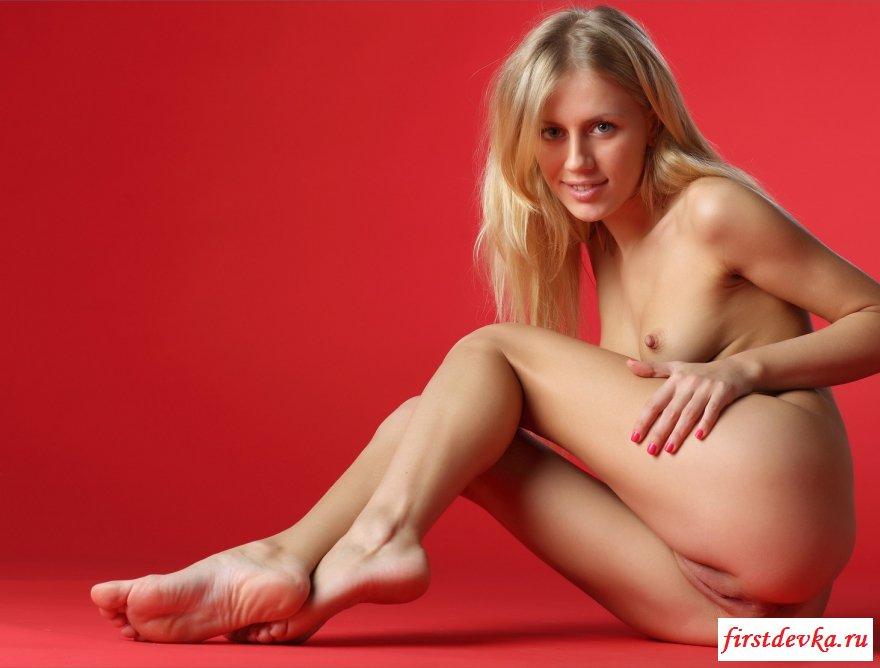 Фотосессия симпатичной блондинки