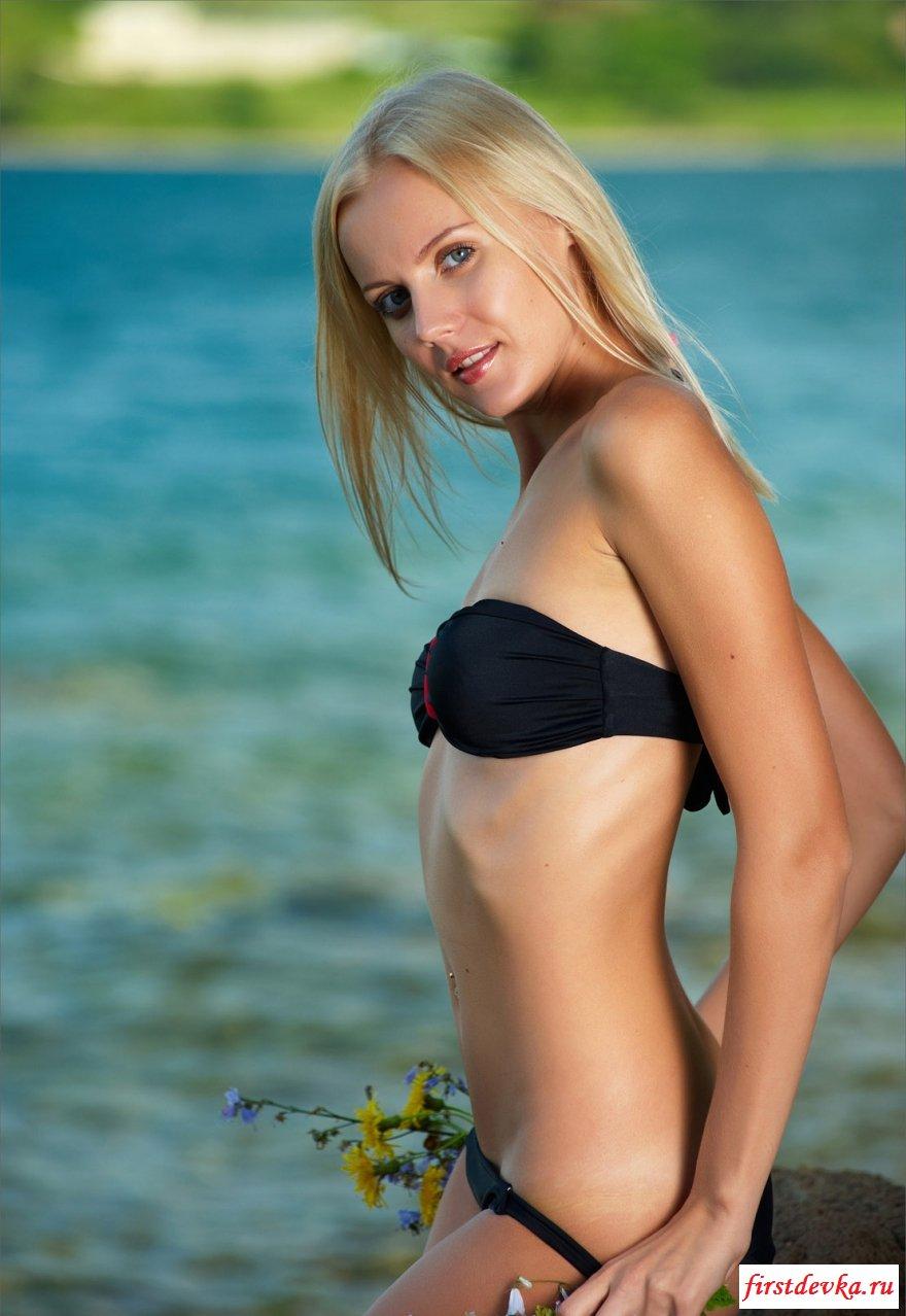 Блондинка со симпатичной фигурой у моря