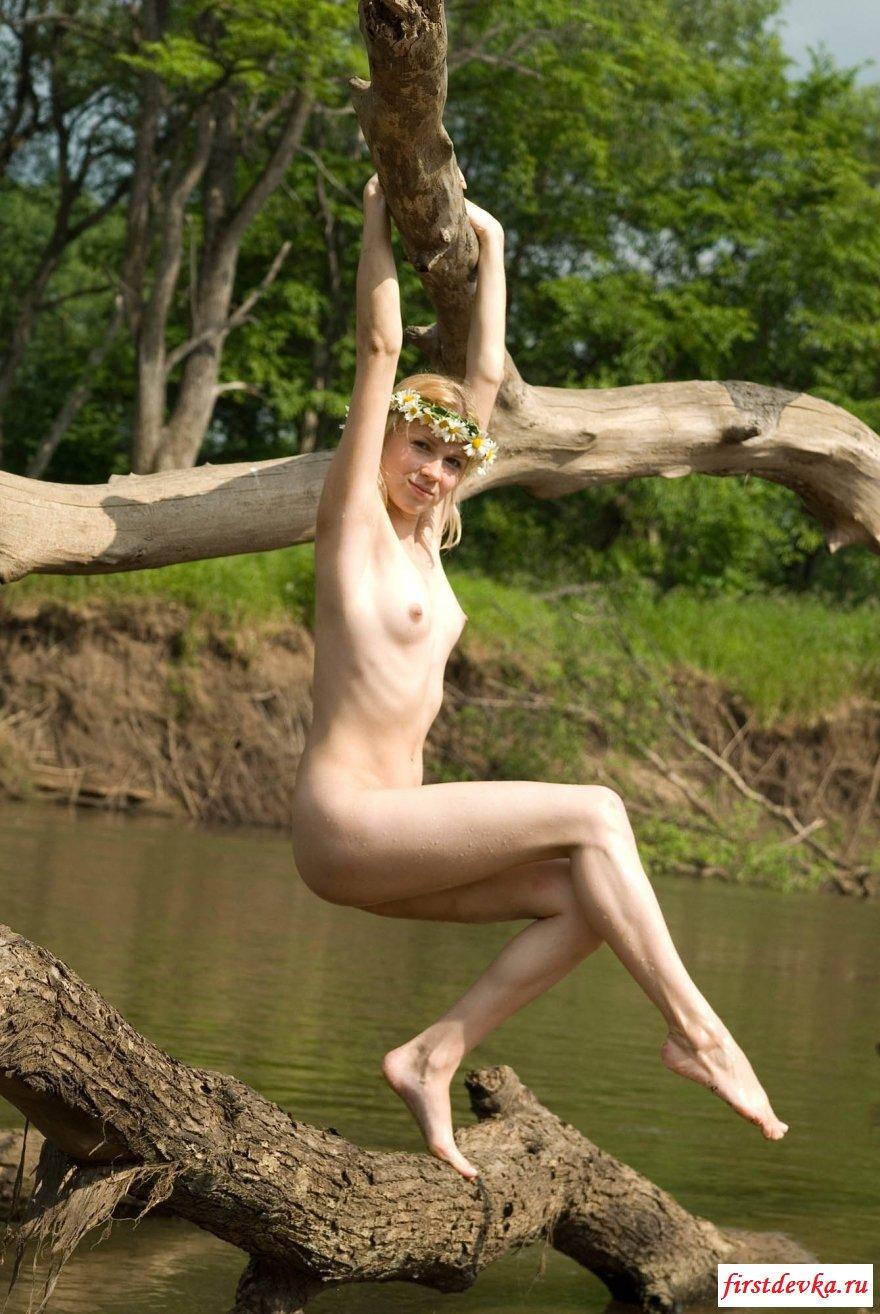 Костлявая блондинка в саду секс фото
