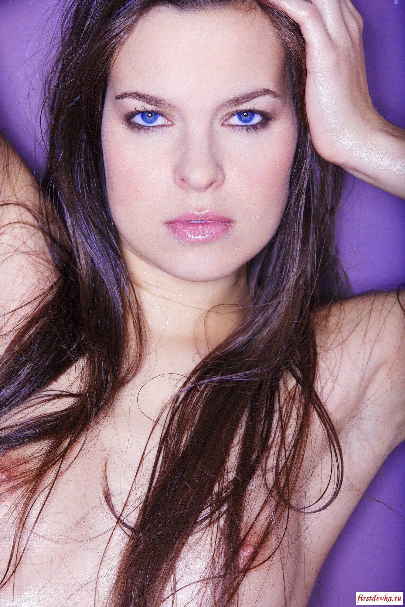 Голубоглазая модель с темными волосами в масле