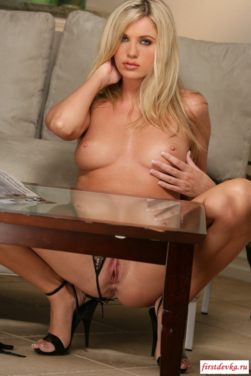 Возбужденная блондинка одна в своей квартире смотреть эротику