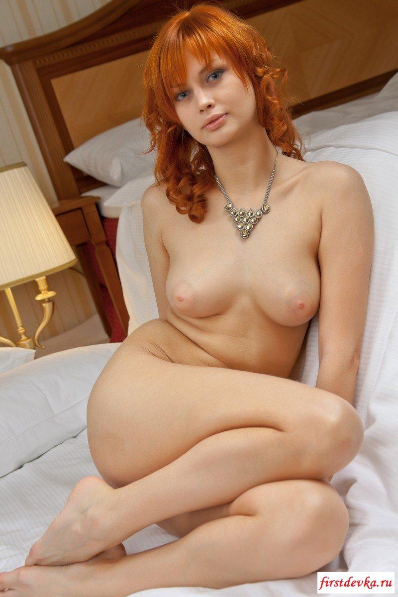 Рыженькая чика в спальне