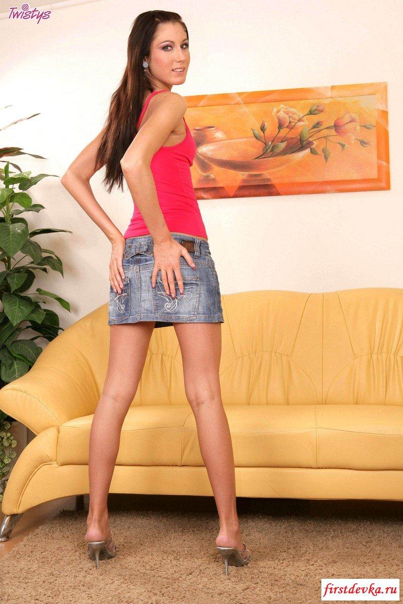 Брюнетка в джинсовой юбочке