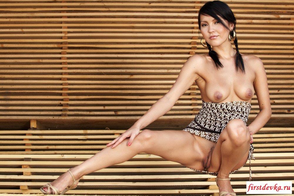 Китаянка показала киску в клубе