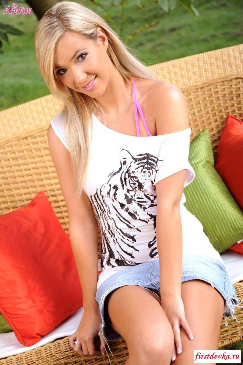 Блонда прохлаждается в палисаднике
