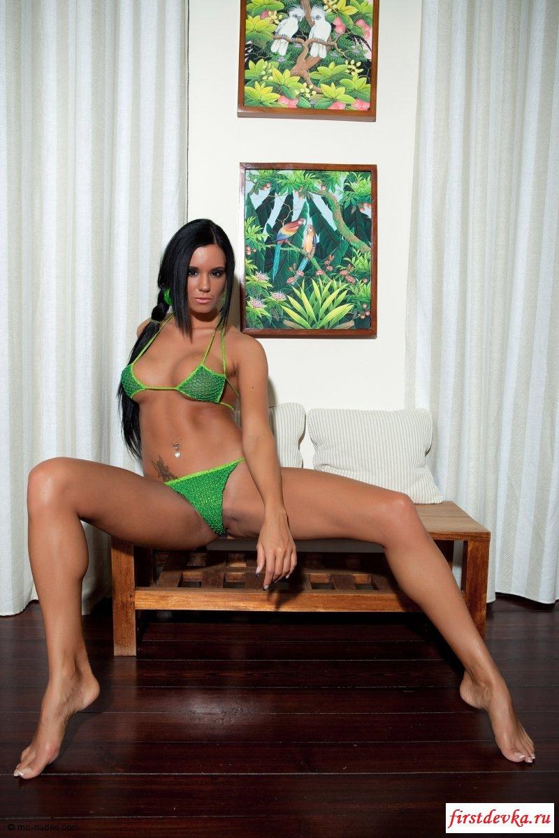 Смуглая красотка в зеленом секс фото