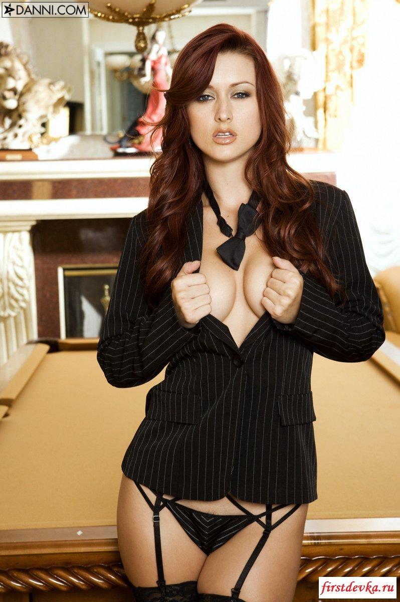 Она готова на бильярдном столе эротическая фото галерея
