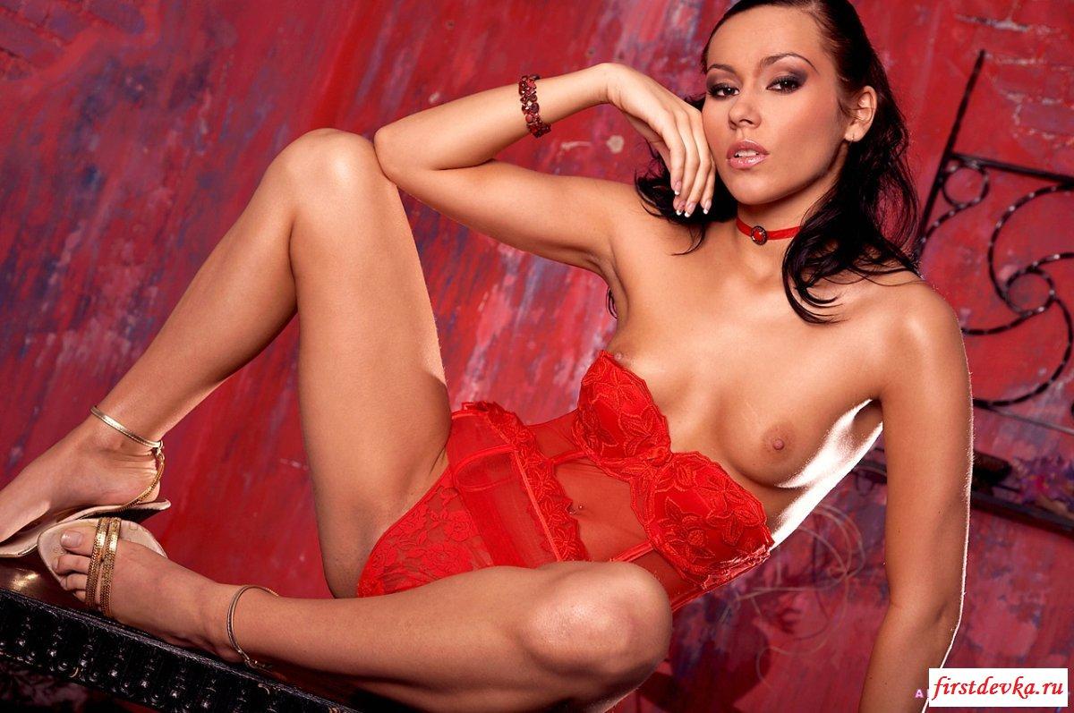 Шлюха в красном эротическая фото галерея