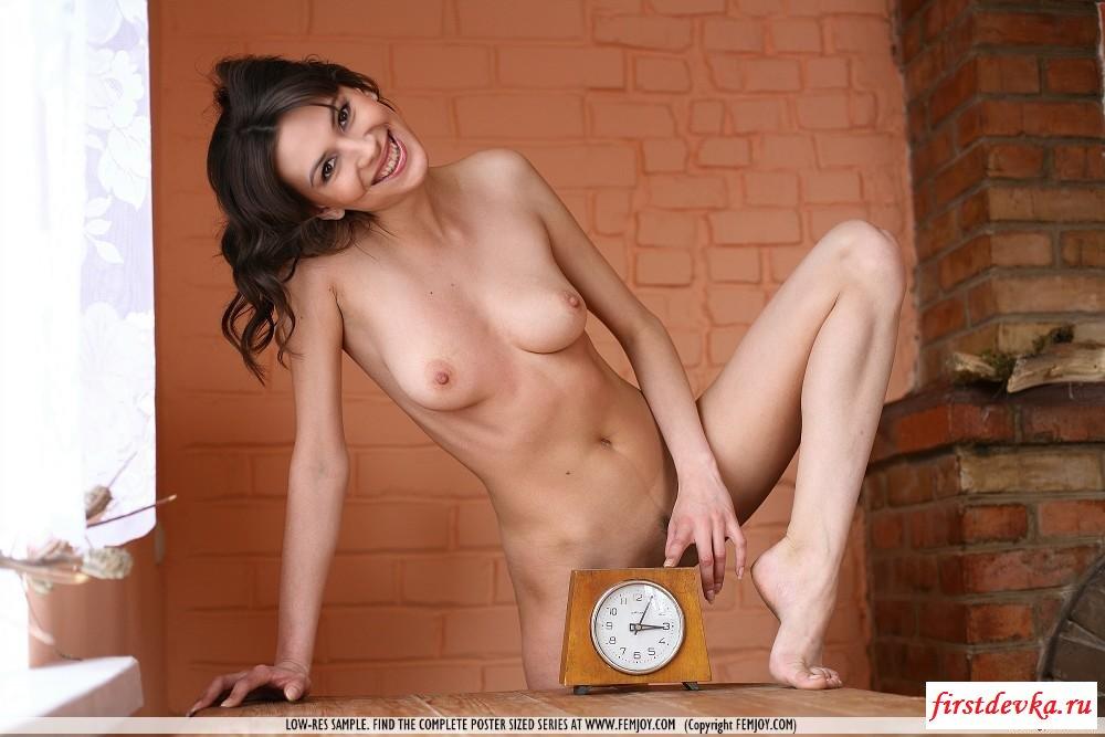 Девка перевела часы