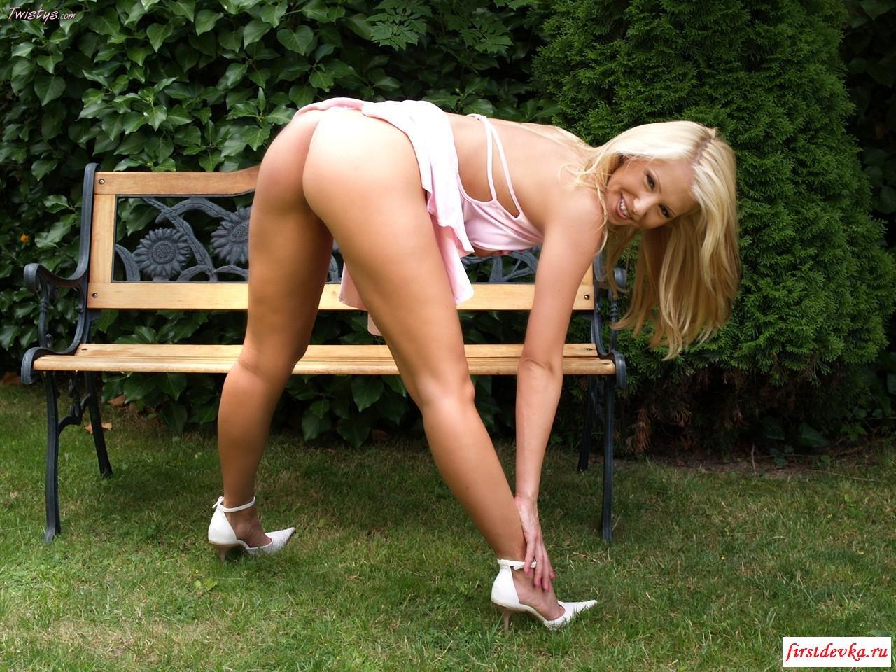 18-летняя баба на скамейке