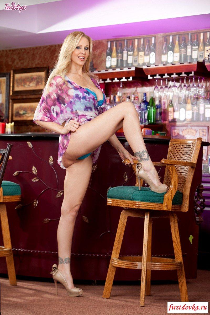 Титястая тетка у барной стойки