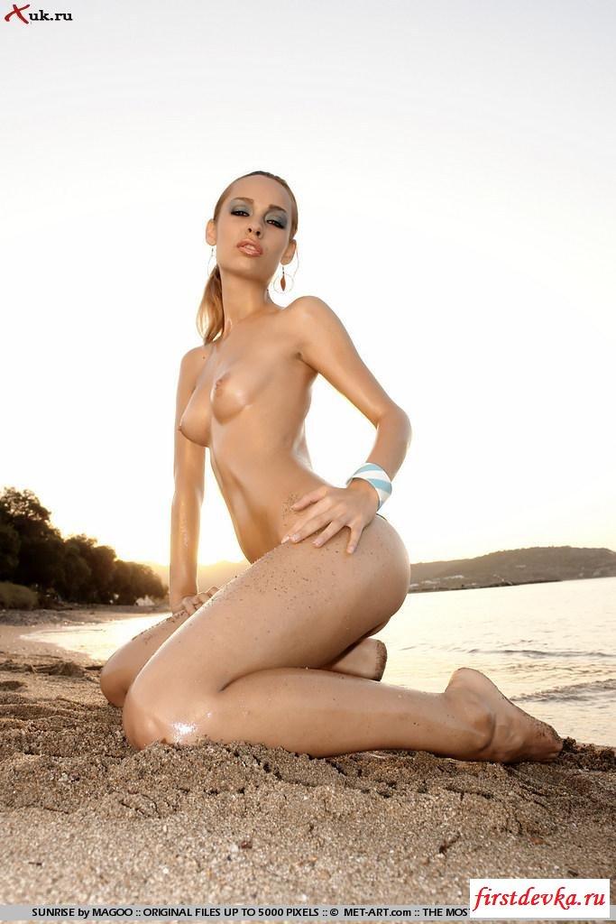 Нудистка позирует в море секс фото
