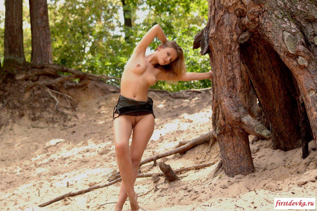Исследует совсем обнаженная старинные деревья смотреть эротику