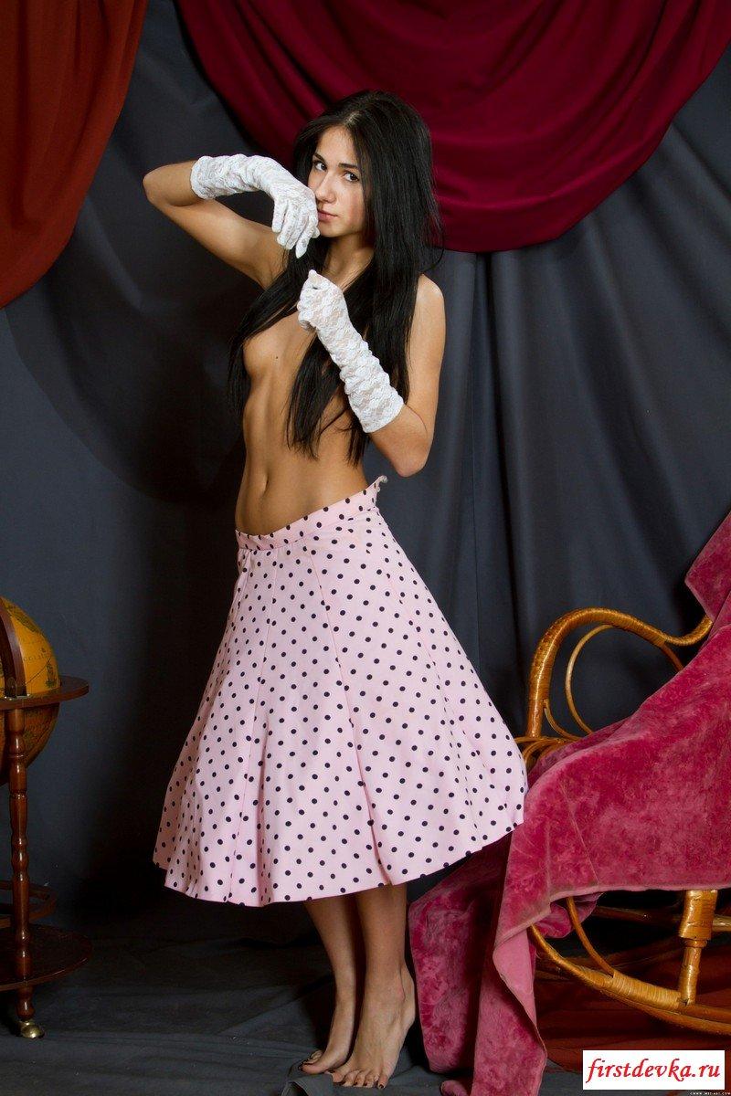 Бейба начала великолепно обнажаться, представив что она стриптизерша