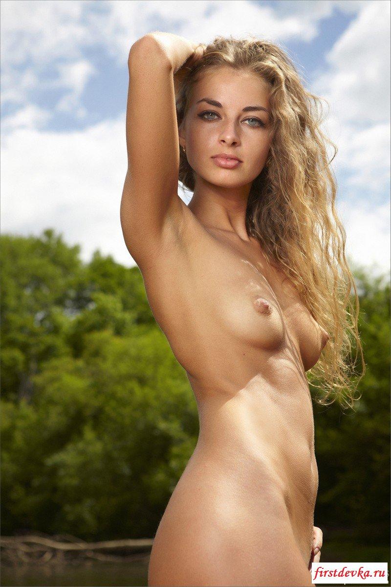 Нагая и достаточно раскрепощенная девка секс фото