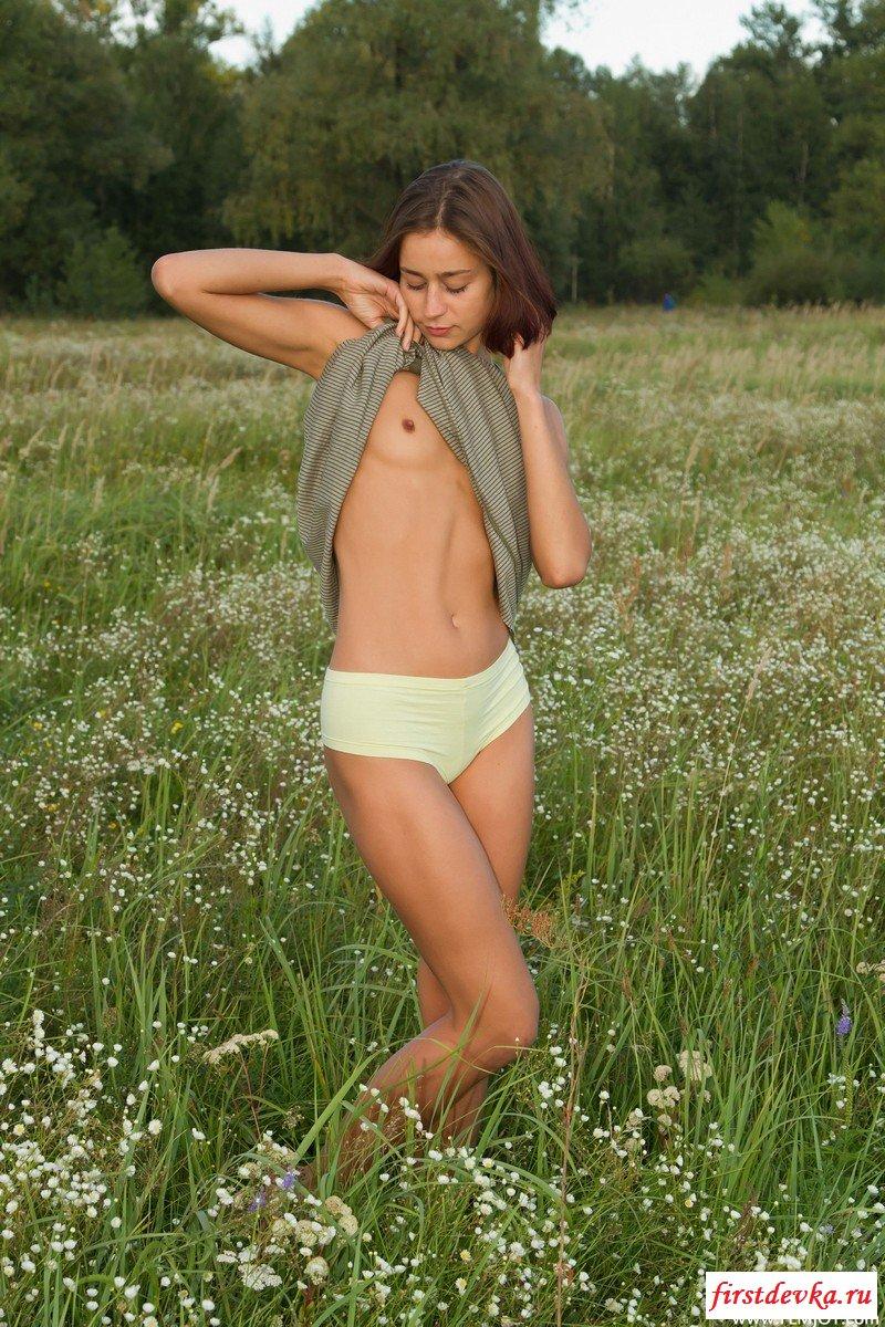 Голая студентка в поле