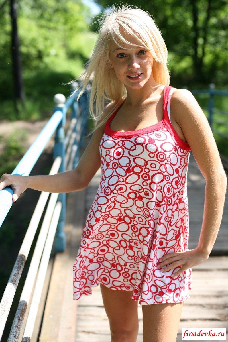 Голенькая блондиночка с отменной попочкой