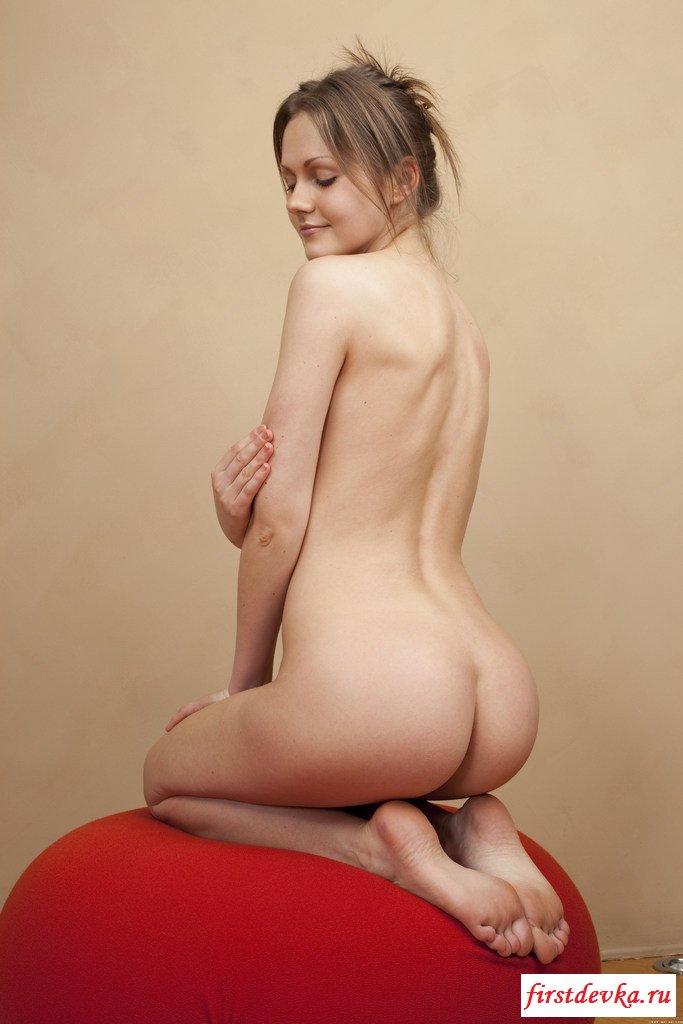 Нагая Молодая леди на диванчике