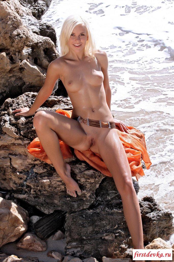 Обнаженная пляжная тёлка