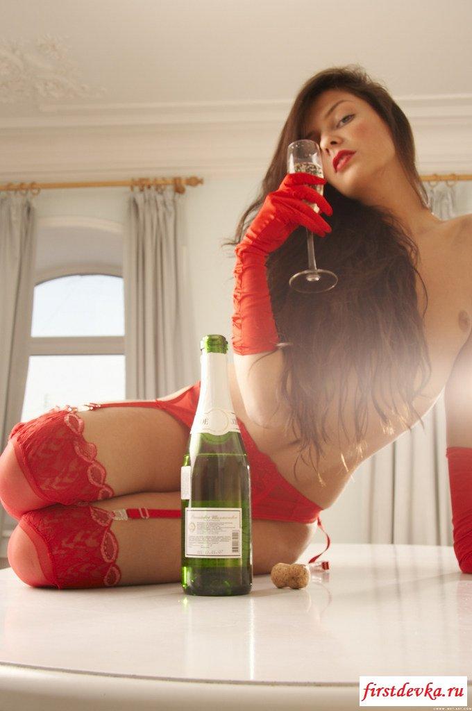 Голая деваха с шампанским