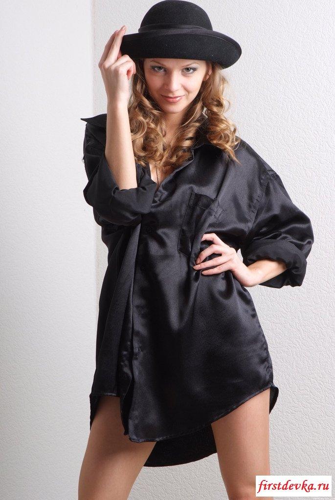 Сексуальная крошка в чёрном наряде