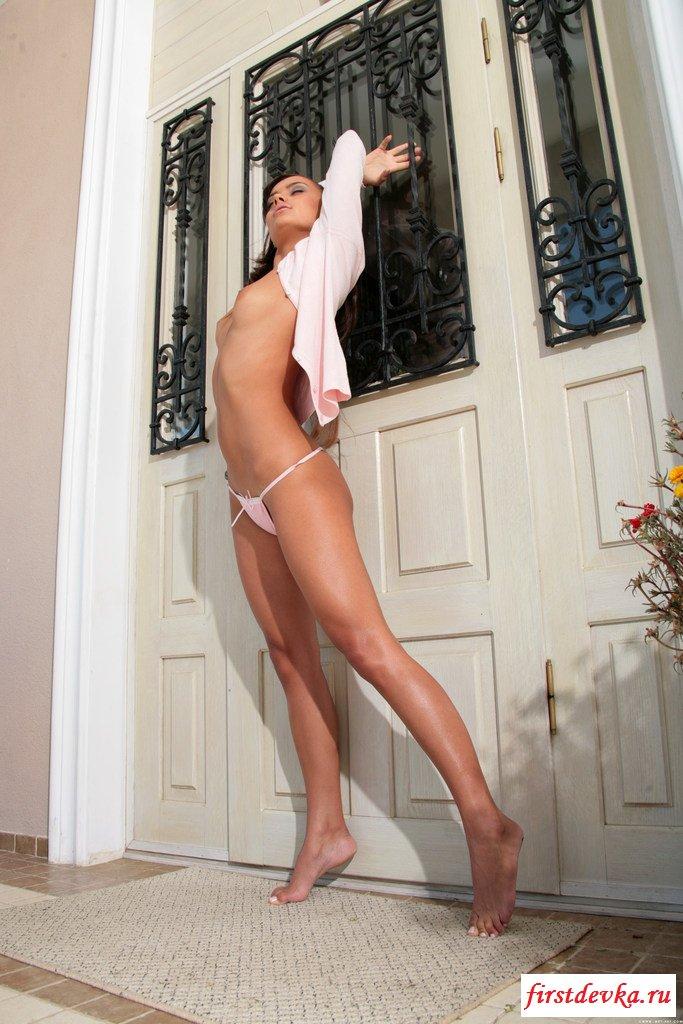 Голая возбужденная моделька секс фото