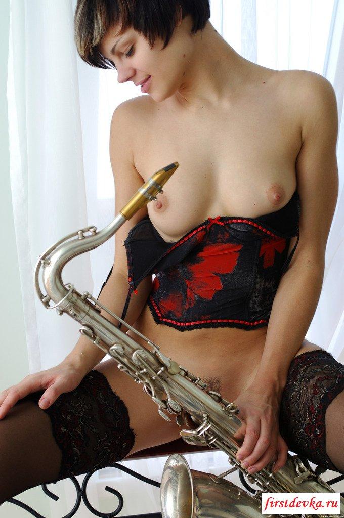 Сексуальная саксафонистка и её трусики