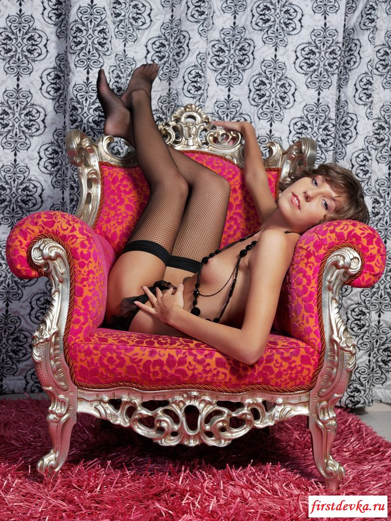 Изящная девка на кресле
