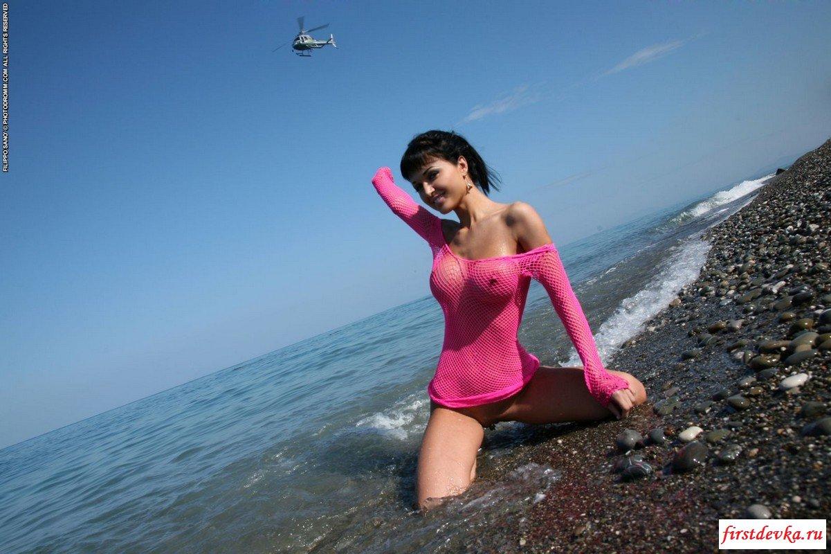 Жгучая брюнетка на морском побережье.
