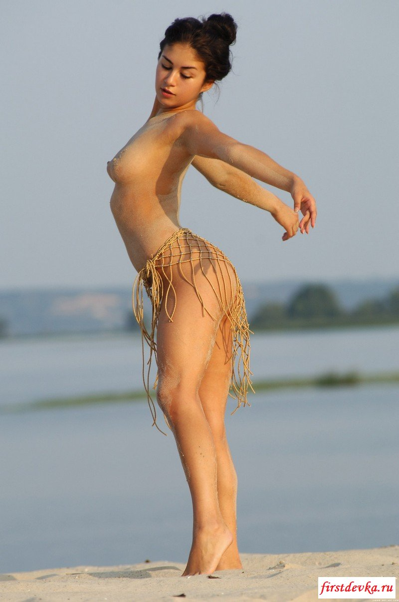 Пластичная брюнетка на песке. смотреть эротику